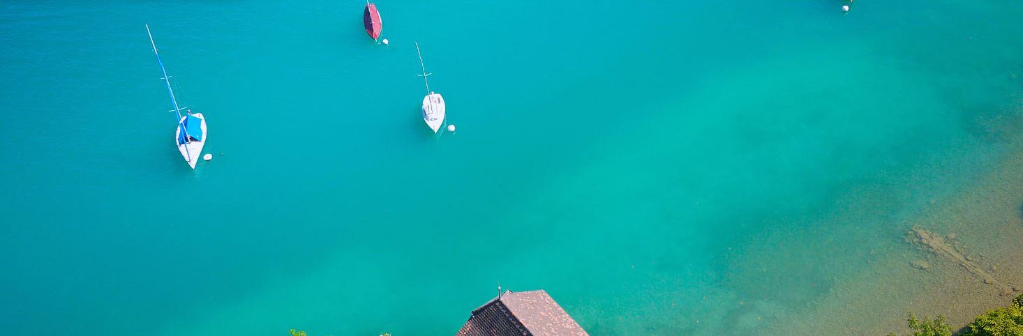 Luftaufnahme-Boote-ankernd-im-blauen-Küstenwasser